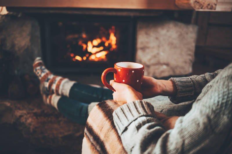 Kopje koffie of thee drinken bij het vuur. Tijd voor jezelf