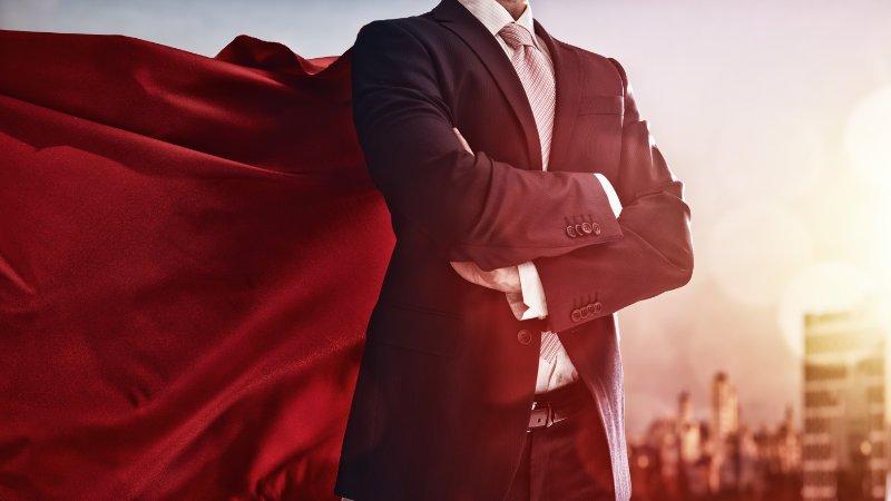 Man met veel zelfvertrouwen en een cape van superman